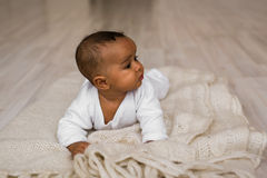 Ευτυχές μικτό αγόρι μικρών παιδιών φυλών Στοκ Φωτογραφίες