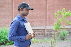 Ευτυχές μοντέρνο ινδικό νέο βιβλίο ανάγνωσης επιχειρηματιών υπαίθριο Στοκ φωτογραφία με δικαίωμα ελεύθερης χρήσης