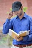 Ευτυχές μοντέρνο ινδικό νέο βιβλίο ανάγνωσης επιχειρηματιών υπαίθριο Στοκ Φωτογραφίες