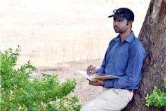 Ευτυχές μοντέρνο ινδικό νέο βιβλίο ανάγνωσης επιχειρηματιών υπαίθριο Στοκ εικόνες με δικαίωμα ελεύθερης χρήσης
