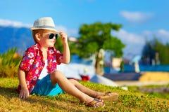Ευτυχές μοντέρνο παιδί στο θερινό λιβάδι Στοκ Φωτογραφίες
