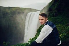 Ευτυχές μοντέρνο χαμογελώντας ζεύγος που περπατά και που φιλά στην Ισλανδία, επάνω στοκ εικόνες