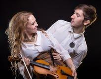 Ευτυχές μουσικό ζεύγος με το βιολί Στοκ εικόνα με δικαίωμα ελεύθερης χρήσης