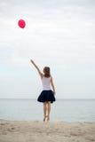 Ευτυχές μπαλόνι αέρα εκμετάλλευσης κοριτσιών Στοκ Φωτογραφία