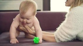 Ευτυχές μωρό εκμετάλλευσης μητέρων σε διαθεσιμότητα Σύρσιμο μωρών εκμάθησης μητέρων απόθεμα βίντεο