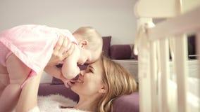 Ευτυχές μωρό εκμετάλλευσης μητέρων στα χέρια Το λατρευτό μικρό κορίτσι με το mom απολαμβάνει τη ζωή φιλμ μικρού μήκους
