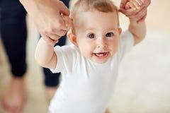 Ευτυχές μωρό που μαθαίνει να περπατά με τη βοήθεια μητέρων Στοκ εικόνες με δικαίωμα ελεύθερης χρήσης