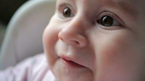 Ευτυχές μωρό που τρώει το κουάκερ και που χαμογελά ανοικτός-εγκάρδια στο εσωτερικό στην slo-Mo φιλμ μικρού μήκους