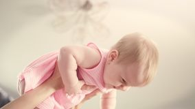 Ευτυχές μωρό στα χέρια μητέρων Λατρευτό μωρό που γελά στα χέρια mom φιλμ μικρού μήκους