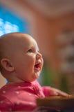 Ευτυχές μωρό στο highchair έτοιμο να φάει στοκ εικόνες