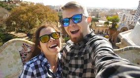 Ευτυχές μόνος-πορτρέτο ομιλίας ζευγών ταξιδιού selfie με το smartphone στο πάρκο Guell, Βαρκελώνη, Ισπανία απόθεμα βίντεο