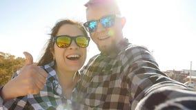 Ευτυχές μόνος-πορτρέτο ομιλίας ζευγών ταξιδιού selfie με το smartphone στο πάρκο Guell, Βαρκελώνη, Ισπανία φιλμ μικρού μήκους