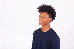 Ευτυχές νέο άτομο αφροαμερικάνων που απομονώνεται στο άσπρο υπόβαθρο - Στοκ Εικόνες