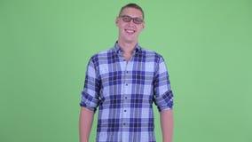 Ευτυχές νέο άτομο hipster με eyeglasses το χαμόγελο απόθεμα βίντεο
