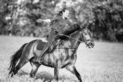 Ευτυχές νέο άλογο οδήγησης γυναικών στην ηλιόλουστη θερινή ημέρα Στοκ φωτογραφία με δικαίωμα ελεύθερης χρήσης