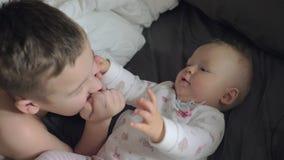 Ευτυχές νέο αγόρι με την αδελφή μωρών του καυκάσια φιλμ μικρού μήκους