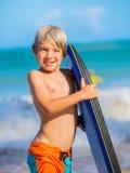 Ευτυχές νέο αγόρι που έχει τη διασκέδαση στην παραλία στις διακοπές Στοκ Εικόνα