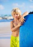 Ευτυχές νέο αγόρι που έχει τη διασκέδαση στην παραλία στις διακοπές, Στοκ Εικόνα