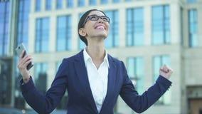 Ευτυχές νέο γυναικείο να τυλίξει στο smartphone που λαμβάνει την προσφορά εργασίας, επιτυχές ξεκίνημα φιλμ μικρού μήκους