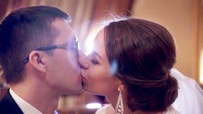 Ευτυχές νέο γλυκό φιλί ζευγών απόθεμα βίντεο