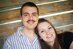 Ευτυχές νέο ελκυστικό ζεύγος στοκ φωτογραφίες