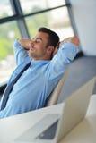Ευτυχές νέο επιχειρησιακό άτομο στο γραφείο στοκ εικόνες με δικαίωμα ελεύθερης χρήσης
