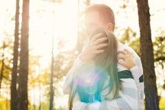 Ευτυχές νέο ερωτευμένο αγκάλιασμα ζευγών Το πάρκο χρονολογεί υπαίθρια αγάπη ζευγών στοκ φωτογραφία με δικαίωμα ελεύθερης χρήσης