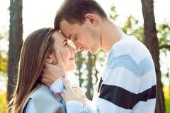 Ευτυχές νέο ερωτευμένο αγκάλιασμα ζευγών Το πάρκο χρονολογεί υπαίθρια αγάπη ζευγών Στοκ Φωτογραφία