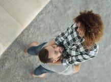 Ευτυχές νέο ζεύγος ενθουσιώδες στο νέο διαμέρισμα Στοκ Φωτογραφία