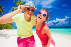 Ευτυχές νέο ζεύγος που έχει τη διασκέδαση από την παραλία Στοκ Εικόνες