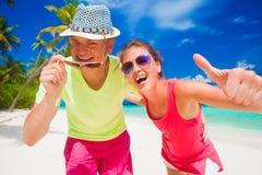 Ευτυχές νέο ζεύγος που έχει τη διασκέδαση από την παραλία Στοκ Εικόνα