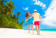 Ευτυχές νέο ζεύγος που έχει τη διασκέδαση από την παραλία Στοκ φωτογραφία με δικαίωμα ελεύθερης χρήσης