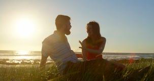 Ευτυχές νέο ζεύγος που έχει τη διασκέδαση στην παραλία 4k απόθεμα βίντεο