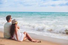 Ευτυχές νέο ζεύγος που περπατά και που έχει τη διασκέδαση από την παραλία LAK Khao, Ταϊλάνδη στοκ εικόνα με δικαίωμα ελεύθερης χρήσης