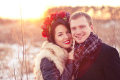 Ευτυχές νέο ζεύγος που χαμογελά και που αγκαλιάζει στοκ εικόνες