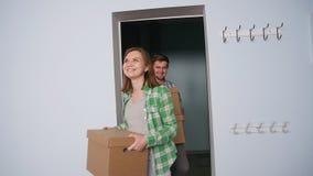 Ευτυχές νέο ζεύγος σε ένα νέο διαμέρισμα κίνηση έννοιας φιλμ μικρού μήκους