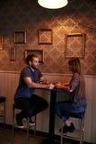 Ευτυχές νέο ζεύγος σε ένα μπαρ Στοκ εικόνα με δικαίωμα ελεύθερης χρήσης