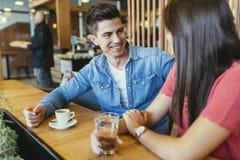 Ευτυχές νέο ζεύγος στο εστιατόριο Στοκ εικόνες με δικαίωμα ελεύθερης χρήσης