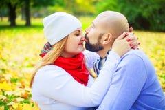 Ευτυχές νέο ζεύγος στο πάρκο φθινοπώρου στοκ φωτογραφίες