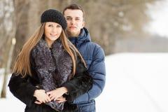 Ευτυχές νέο ζεύγος στο Winter Park που έχει τη διασκέδαση Στοκ εικόνες με δικαίωμα ελεύθερης χρήσης