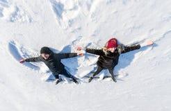 Ευτυχές νέο ζεύγος στο Winter Park που βρίσκεται στο χιόνι Τοπ όψη Στοκ Φωτογραφία