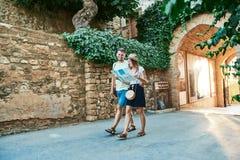 Ευτυχές νέο ζεύγος των ταξιδιωτών που κρατούν το χάρτη στα χέρια στοκ φωτογραφία με δικαίωμα ελεύθερης χρήσης