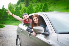 Ευτυχές νέο ζεύγος, φίλοι που κάνει selfie καθμένος στο αυτοκίνητο νεολαίες ενηλίκων Καυκάσιοι άνθρωποι γη έννοιας ανασκόπησης πέ Στοκ Εικόνα
