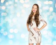 Ευτυχές νέο κορίτσι γυναικών ή εφήβων πέρα από τα μπλε φω'τα Στοκ Εικόνες