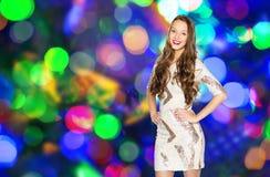 Ευτυχές νέο κορίτσι γυναικών ή εφήβων πέρα από τα φω'τα disco Στοκ φωτογραφίες με δικαίωμα ελεύθερης χρήσης
