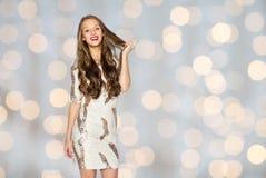 Ευτυχές νέο κορίτσι γυναικών ή εφήβων στο φανταχτερό φόρεμα Στοκ Φωτογραφία