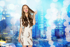 Ευτυχές νέο κορίτσι γυναικών ή εφήβων στο φανταχτερό φόρεμα Στοκ Εικόνα