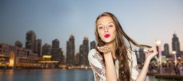 Ευτυχές νέο κορίτσι γυναικών ή εφήβων στο φανταχτερό φόρεμα Στοκ Εικόνες