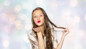 Ευτυχές νέο κορίτσι γυναικών ή εφήβων στο φανταχτερό φόρεμα Στοκ φωτογραφία με δικαίωμα ελεύθερης χρήσης
