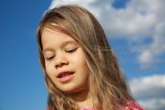 Ευτυχές νέο κορίτσι ενάντια στο νεφελώδη ουρανό στοκ φωτογραφία με δικαίωμα ελεύθερης χρήσης